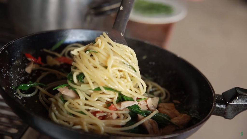 Спагетти с тунцом (Spaghetti al Tonno) - подаем к столу